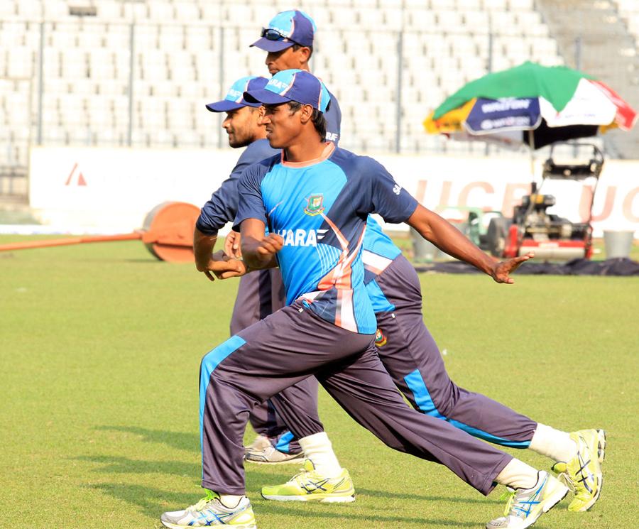 Bangladesh take part in stretching exercises, Dhaka, October 30, 2013© BCB